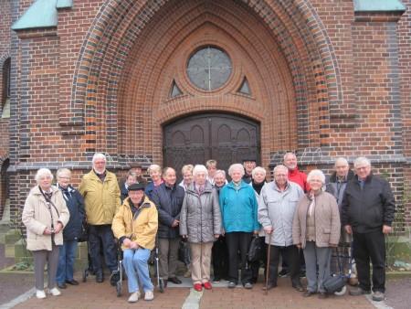 Reisegruppe vor der St.Nicolai Kirche in Altenhagen